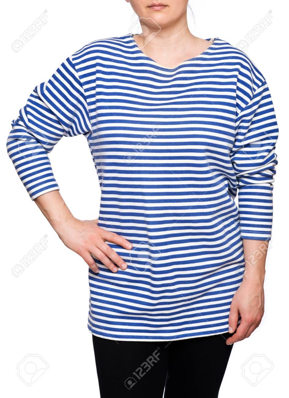 c22bc799c4ab Banque d images - Jeune femme porte une chemise rayée bleu marine à manches  longues telnyashka russe isolé sur fond blanc