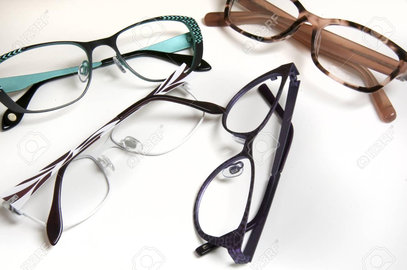 Auswahl Der Rahmen Für Brillen Einkäufe Bei Optiker Oder Vision ...
