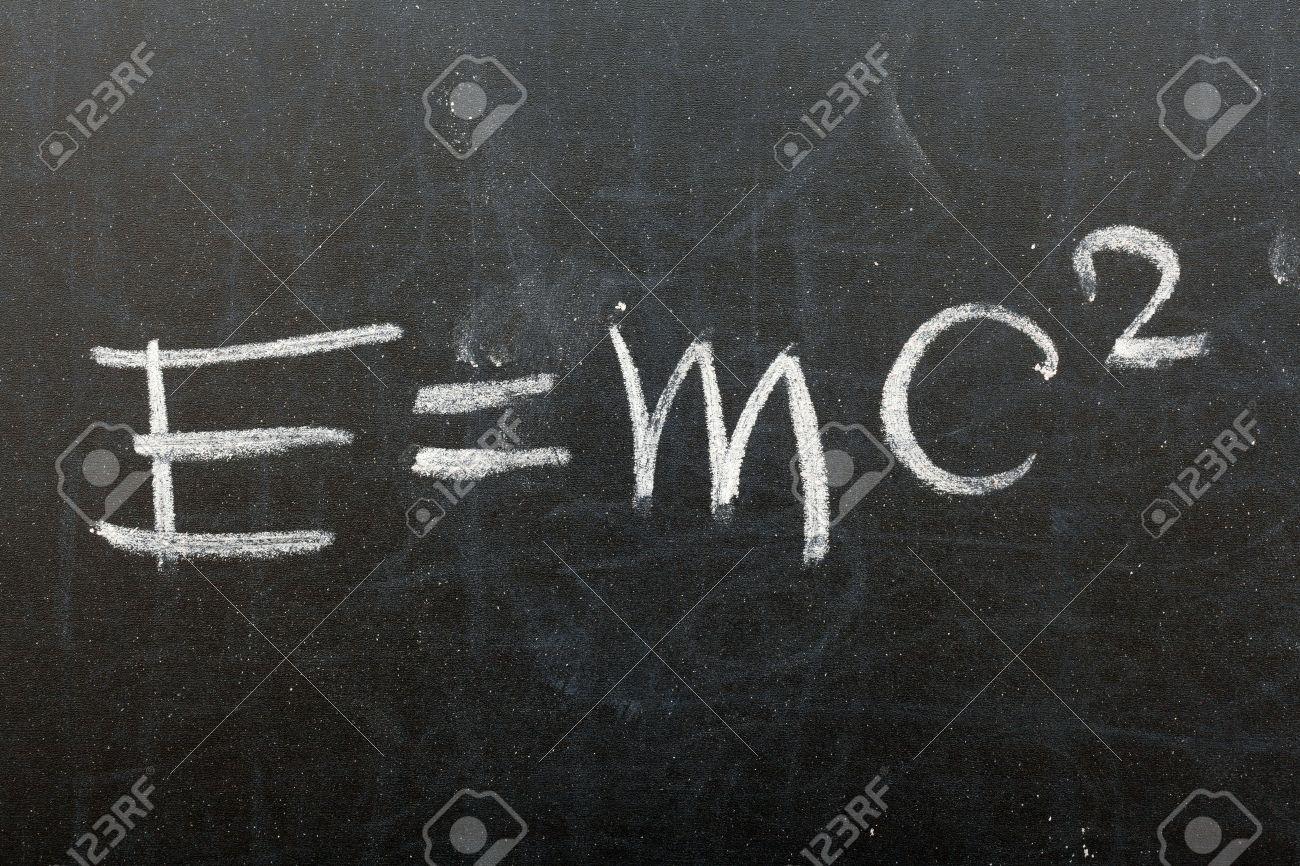 式 E = Mc2。学校の黒板に書かれ...