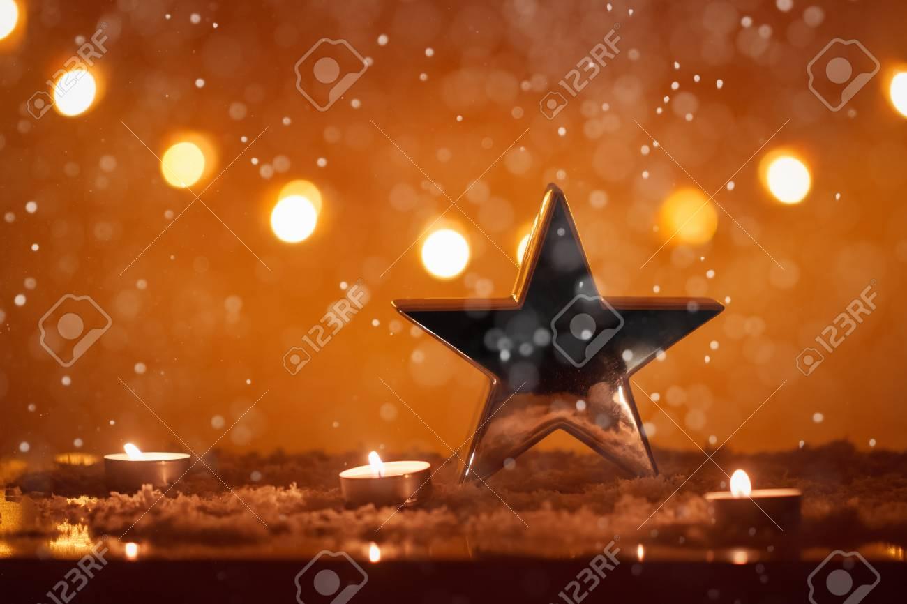 Weihnachtshintergrund Mit Großem Silbernem Stern, Kerzen, Schnee ...