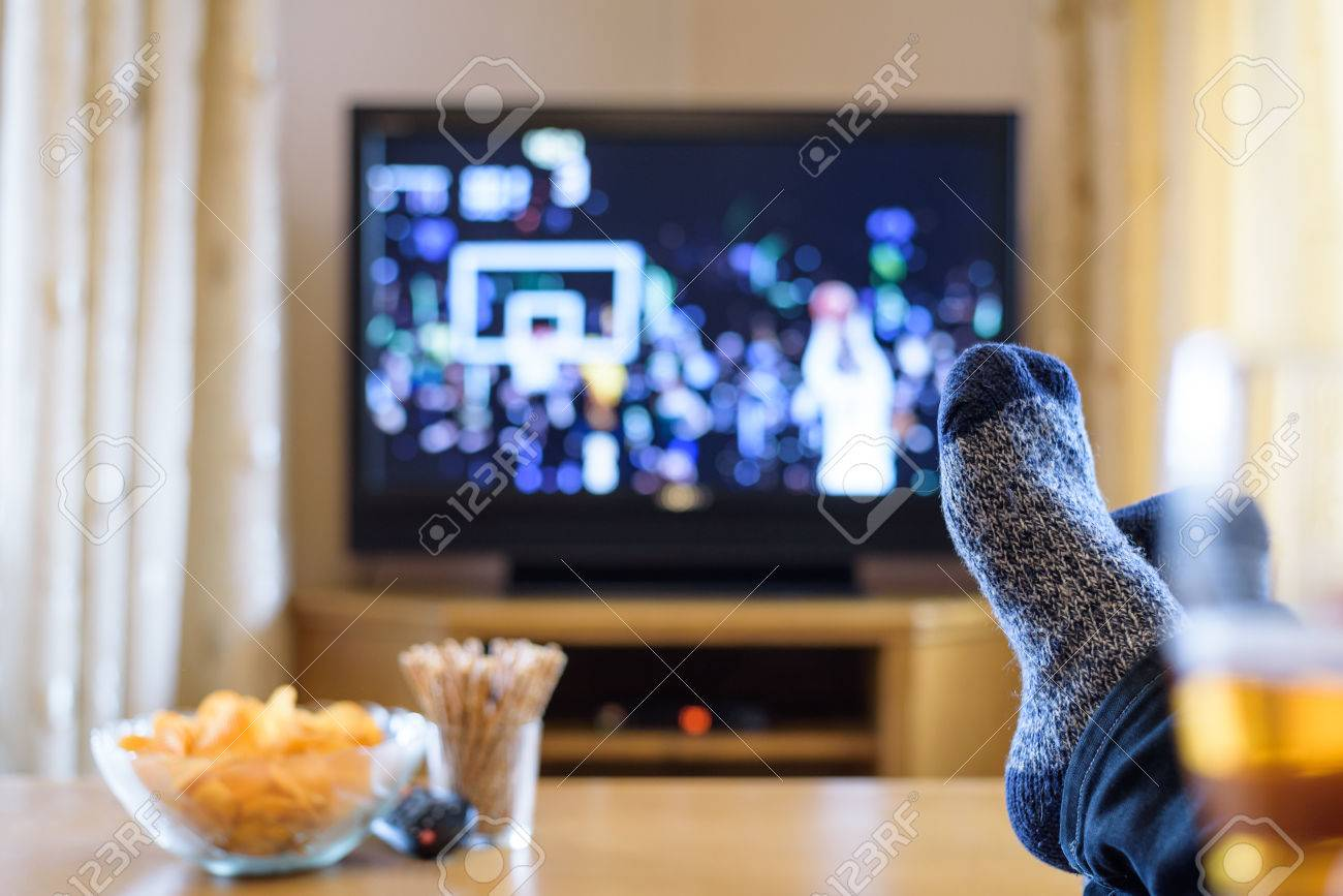 Television Tv Watching Basketball Game With Feet On Table  # Table Tv A Pied Unique But