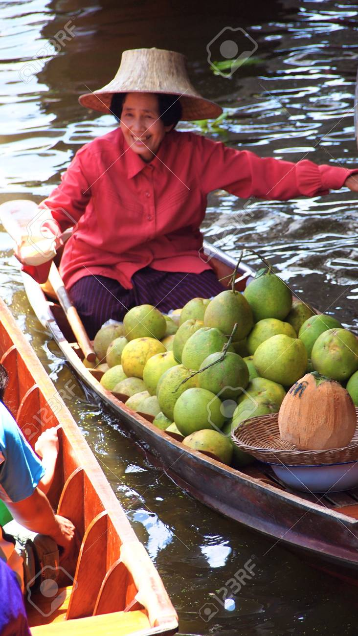 RATCHABURI,THAILAND-SEPTEMBER 30 : Unidentified People and Tourist on the boat tour Damneonsaduak Floating Market on September 30,2012 in Ratchaburi,Thailand. Stock Photo - 15485102