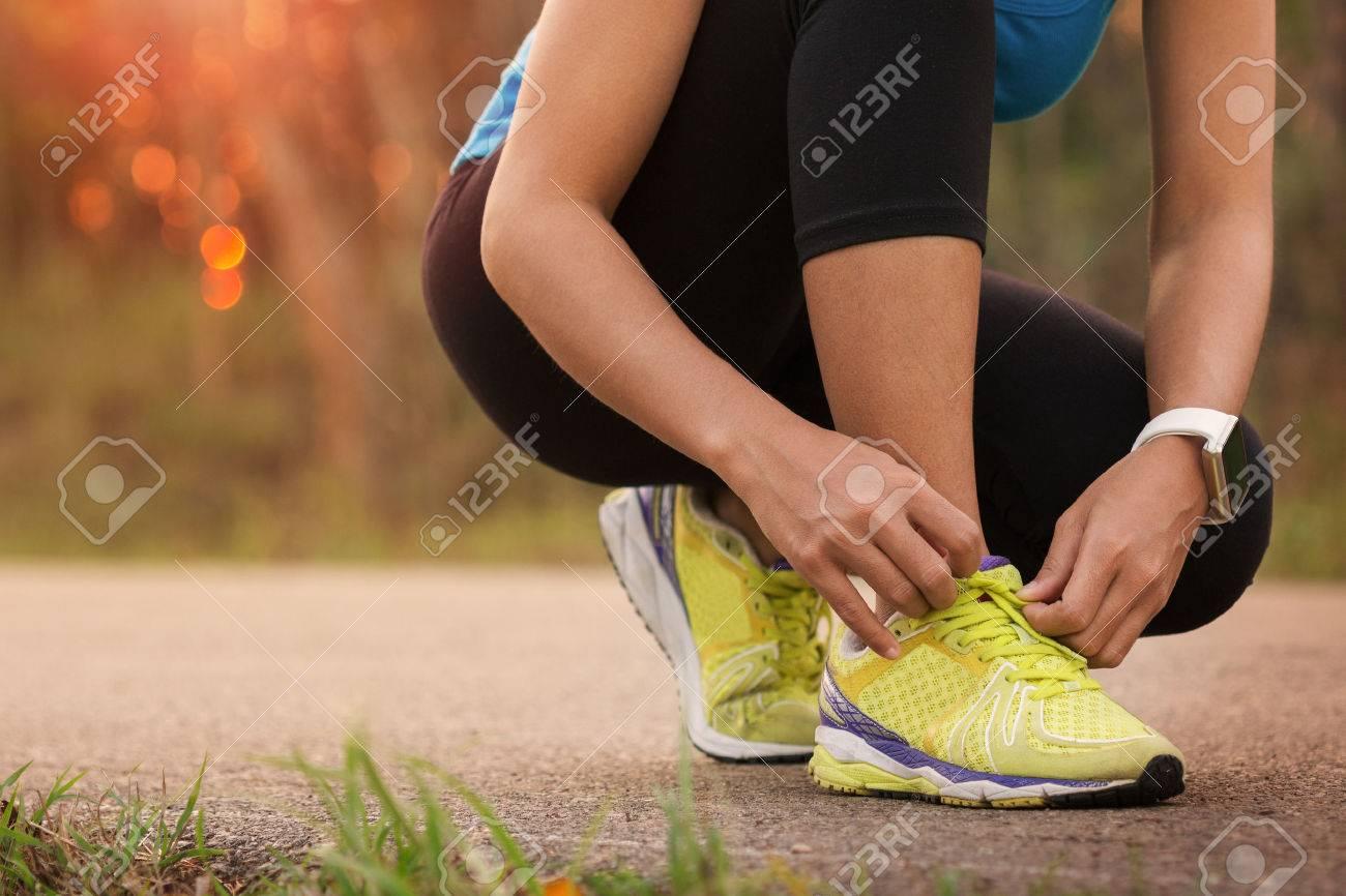 d2e2a21ae8b Banque d images - Femme attacher les chaussures de sport prêt pour la course