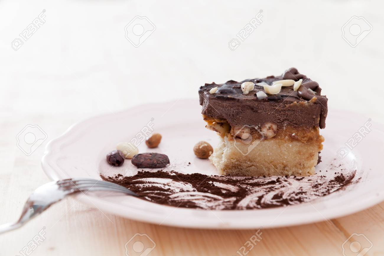 Ein Roher Veganer Snickers Kuchen Wird Nur Zur Halfte Gegessen Und