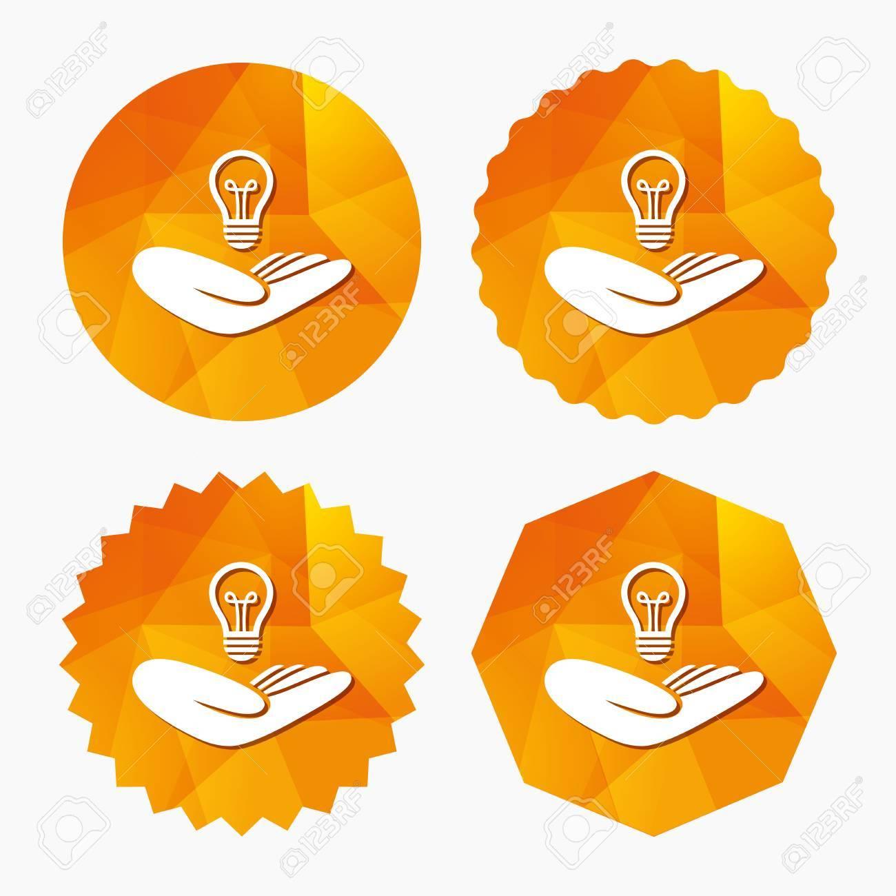 Idée signe d'assurance de brevet  Main tient le symbole de l'ampoule de la  lampe  Propriété intellectuelle  Triangulaire boutons de poly bas avec