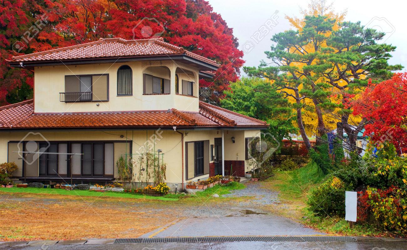 Modernes Haus Mit Herbst Farbe Blätter Auf Kawaguchiko, Japan ...