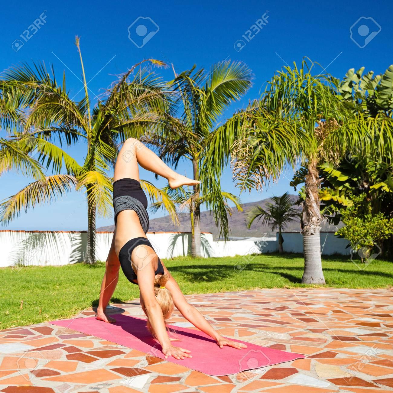 Frau Macht Yoga Pose Im Freien In Schönen Sommer Sonnigen Natur ...