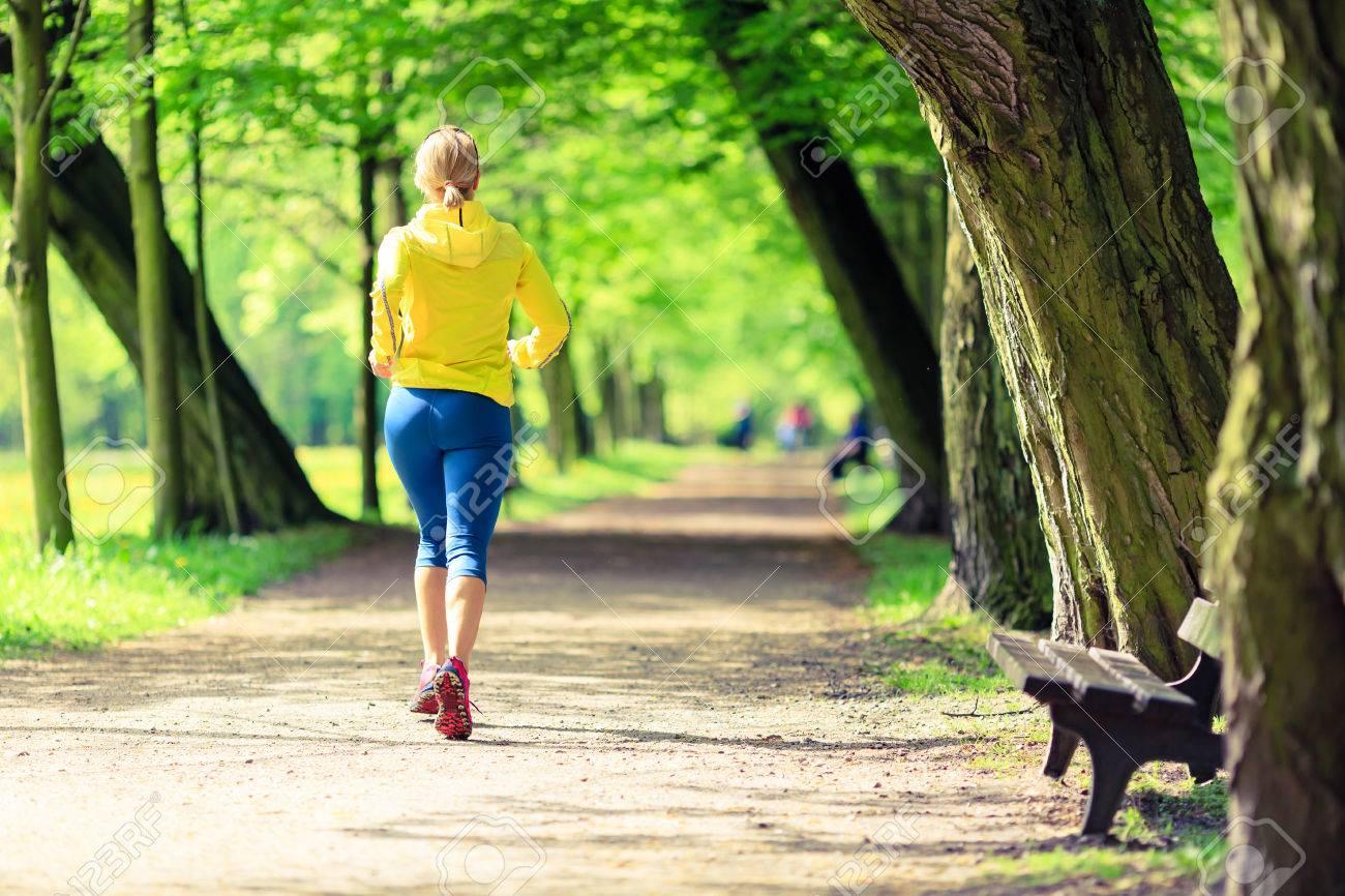 Femme Courir Et Marcher Dans Le Magnifique Parc De La Ville. Jeune Fille De  Jogging Dans La Forêt Lumineuse En Plein Air 7471bf32de2