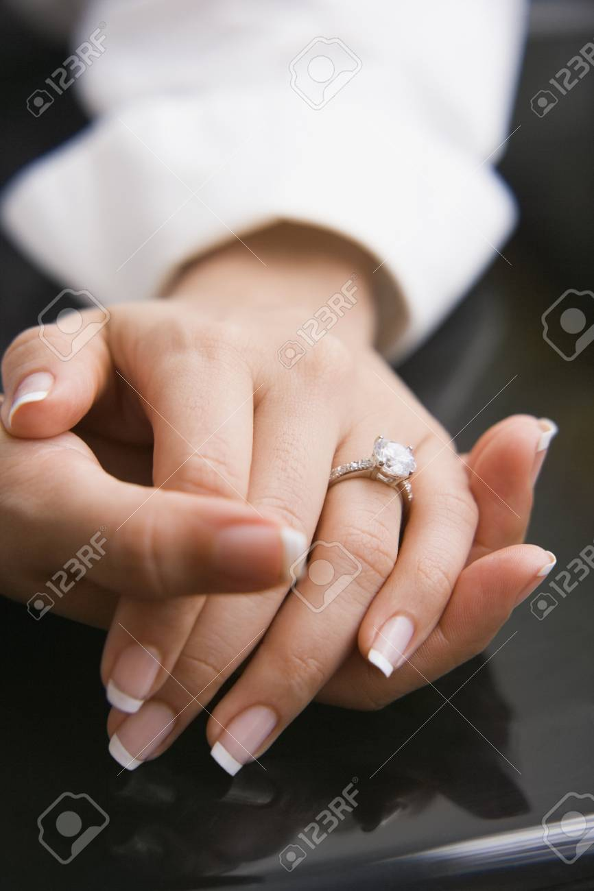 Manikurte Nagel Der Jungen Frau Die Einen Verlobungsring Tragen