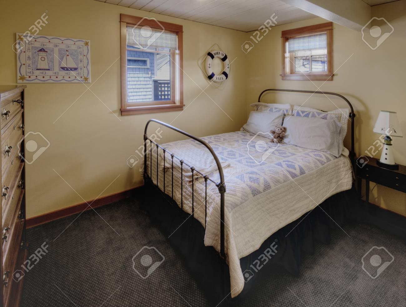 Dressoir Voor Slaapkamer : Bed en een dressoir in de slaapkamer royalty vrije foto plaatjes