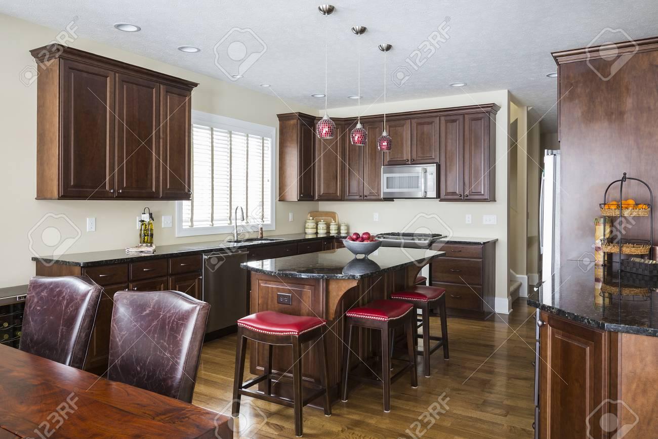 Kücheninsel, Tisch Und Schränke In Der Modernen Küche Lizenzfreie ...