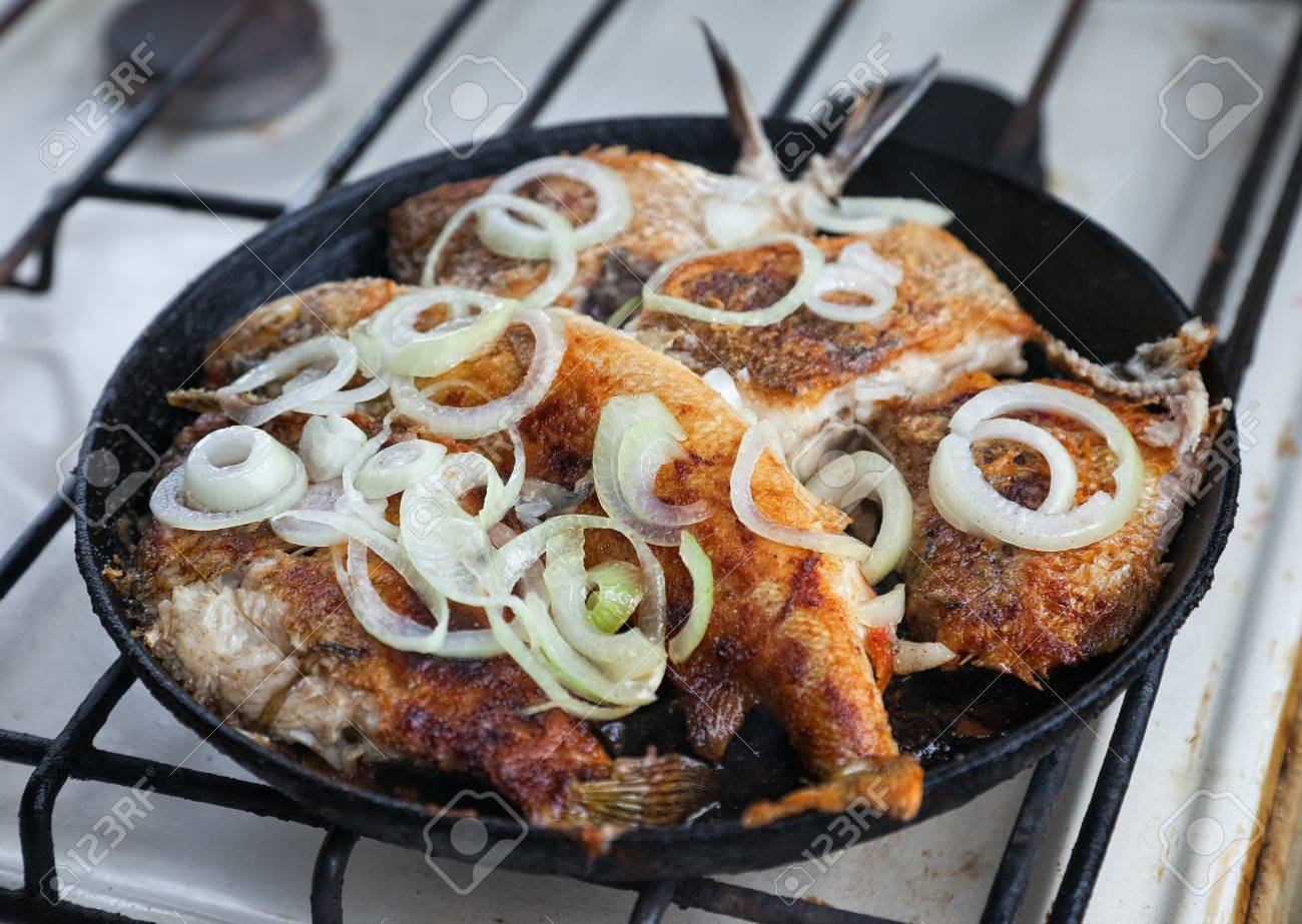 Fried fish in a frying pan Stock Photo - 10640172