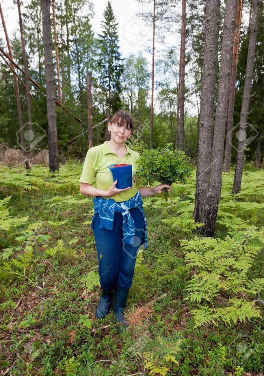Mujer joven con frutas del bosque en el bosque Foto de archivo - 17657499