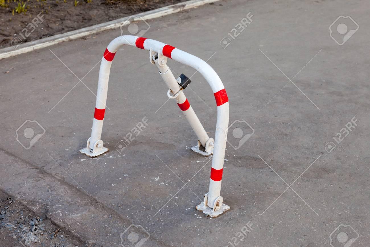 Mechanical folding barrier for parking of vehicles (parking barrier)