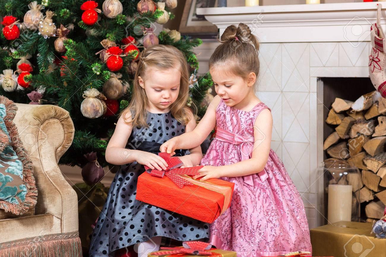 Zwei Nette Kleine Mädchen Offen Weihnachtsgeschenk Unter Dem ...