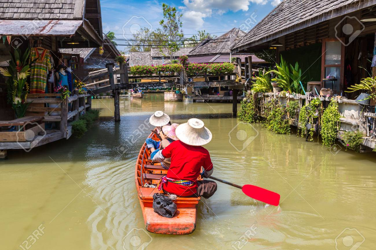Floating Market in Pattaya, Thailand in a summer day - 107356139
