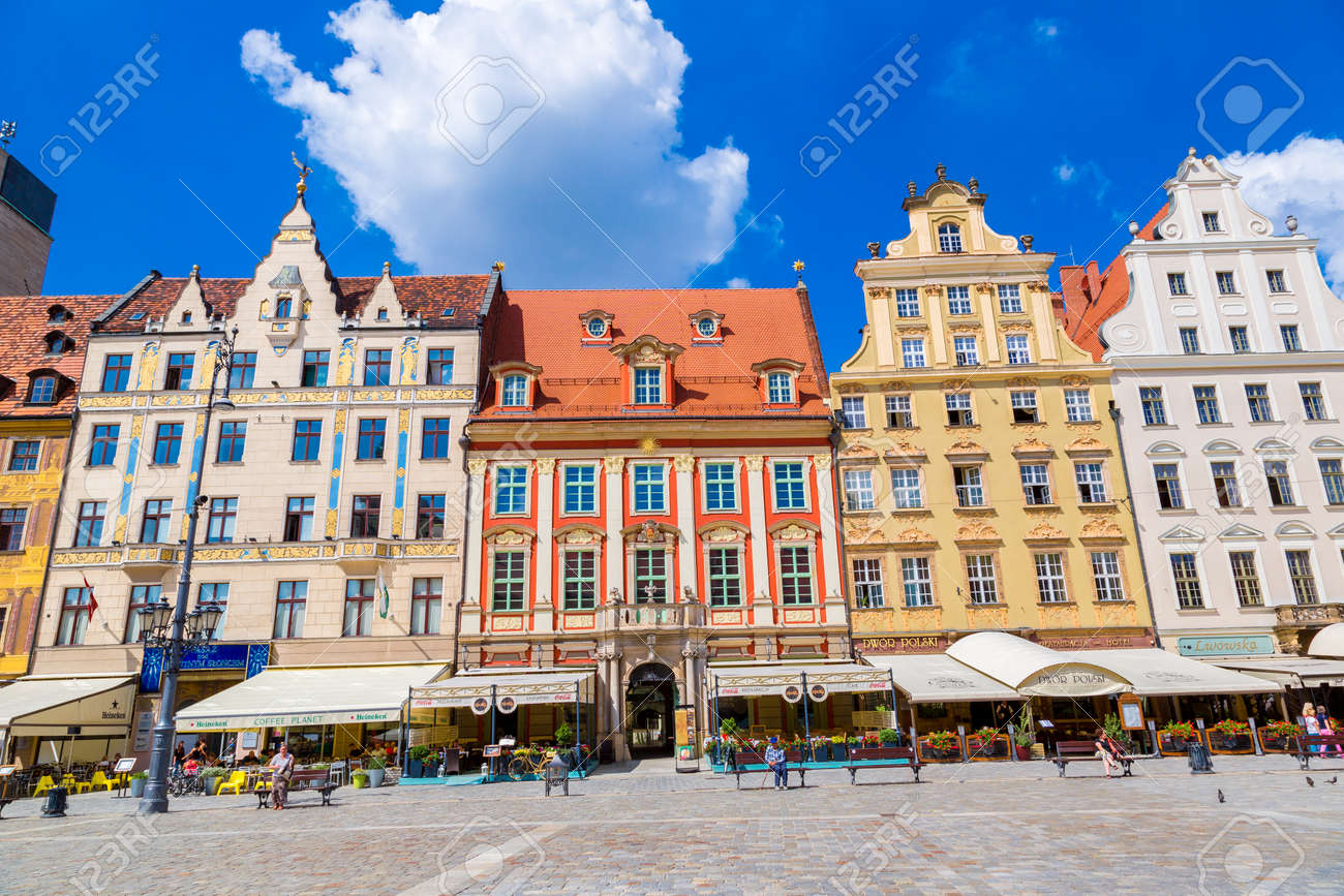 WROCLAW, POLAND - JULY 29, 2014: City center and Market Square in Wroclaw, Poland on July 29, 2014. Wroclaw old and a very beautuful city in Poland in a summer day - 142970695