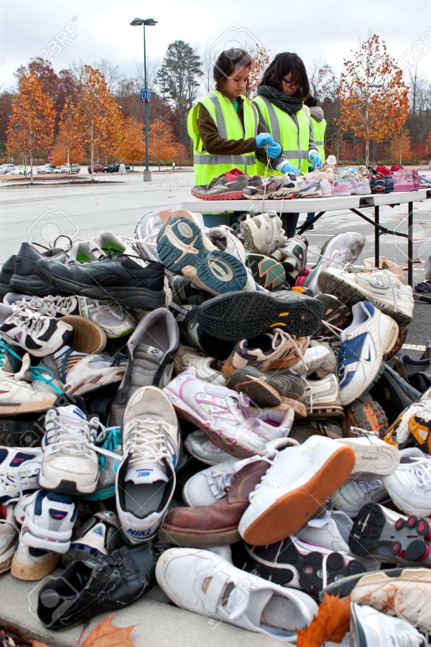 Tennis Adolescents LawrencevilleGaÉtats Chaussures Le Les Novembre2013Deux Avant Trier 23 Dans Bénévoles Féminins Unis Jeter Un De dCxerQoWB