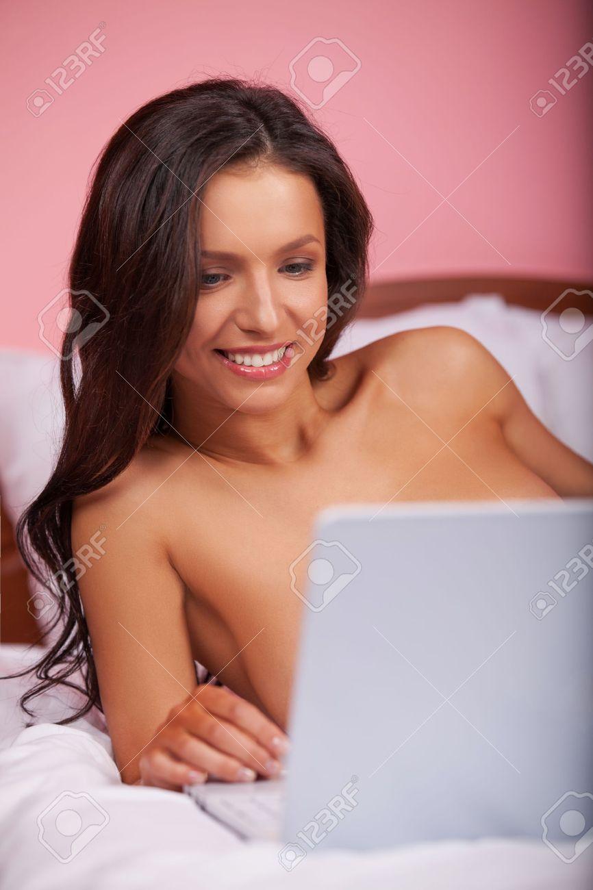 278e2f5087f Jóvenes mujeres desnudas atractivas navegar por Internet mientras está  acostado en