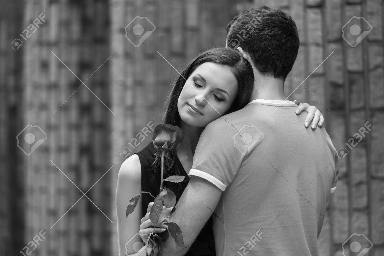 Image Couple Amoureux Noir Et Blanc heureux couple d'amoureux. image en noir et blanc de jeunes loving