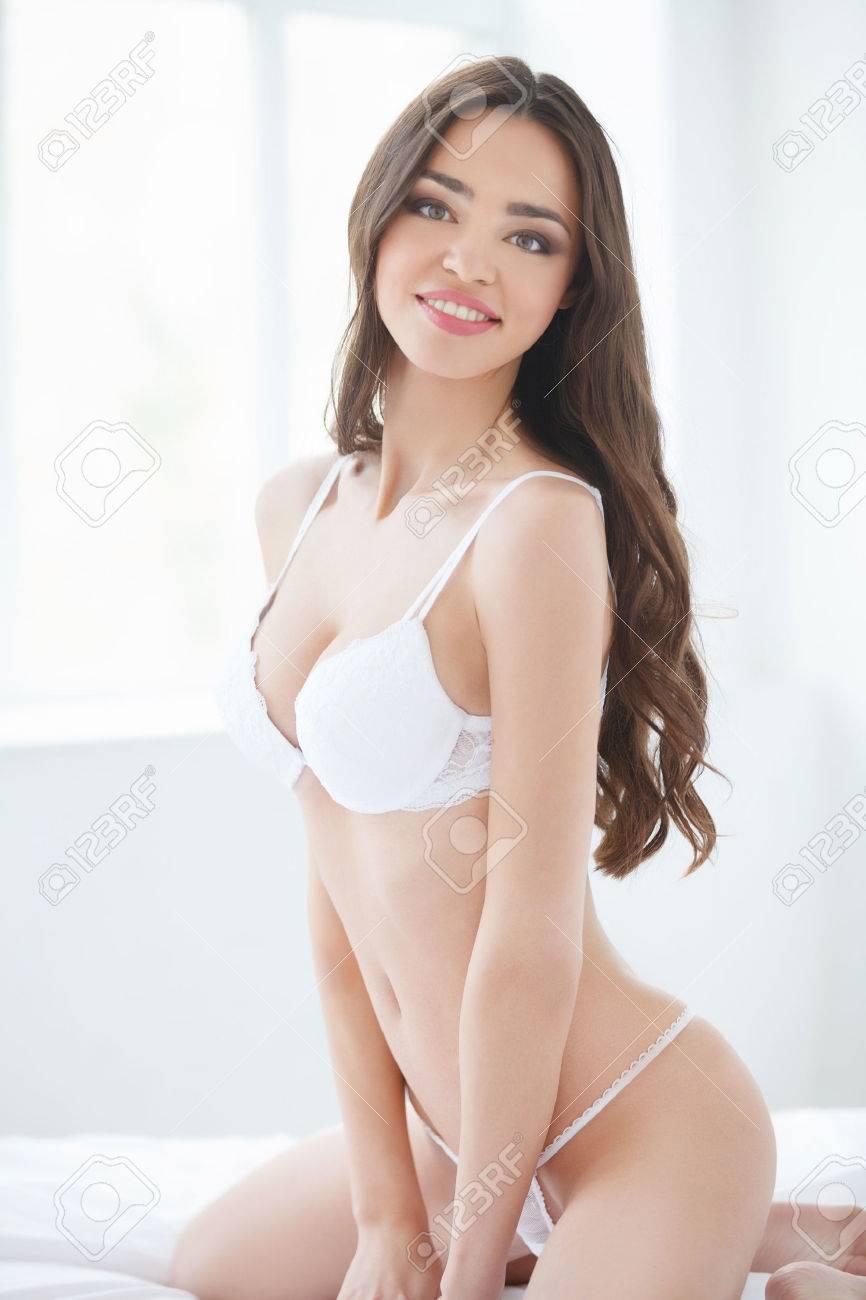 Hermosa Chica En Ropa Interior Hermosas Mujeres Jóvenes En Ropa Interior Posando En El Sofá Y Sonriendo A La Cámara
