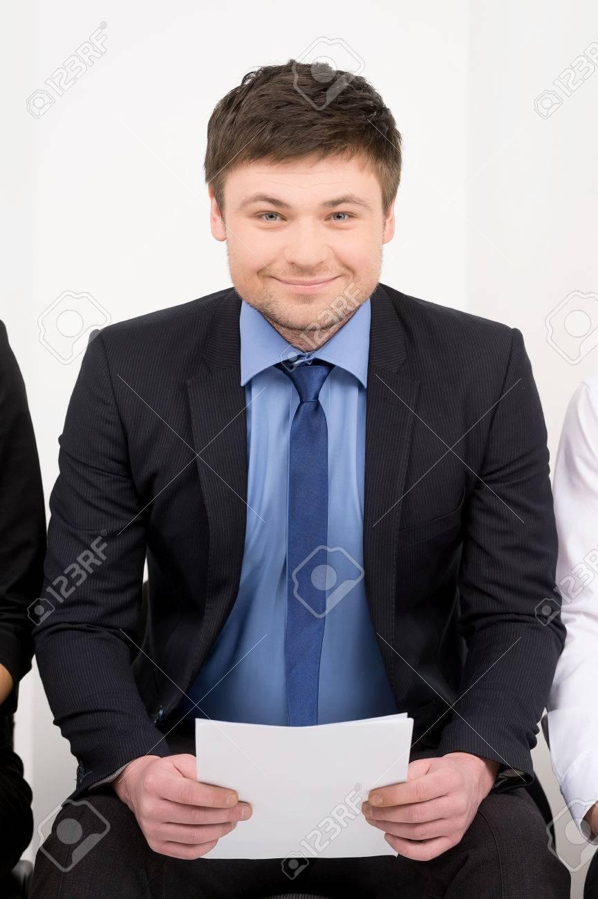 Lächeln Kandidat wartet Interview. Mit CV in seinen Händen Standard-Bild -  23452948