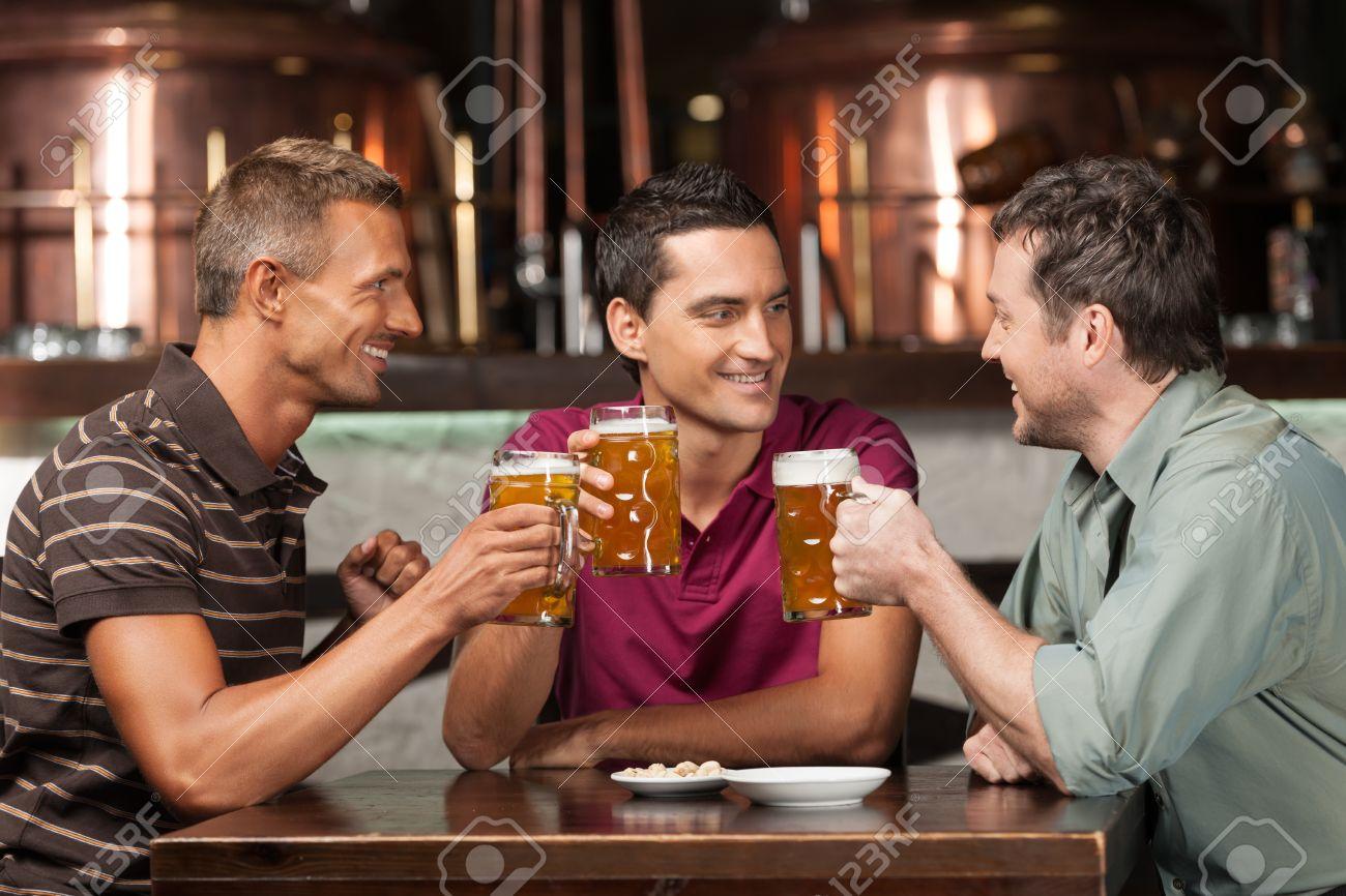 Drei freunde treffen sich in einer kneipe [PUNIQRANDLINE-(au-dating-names.txt) 68