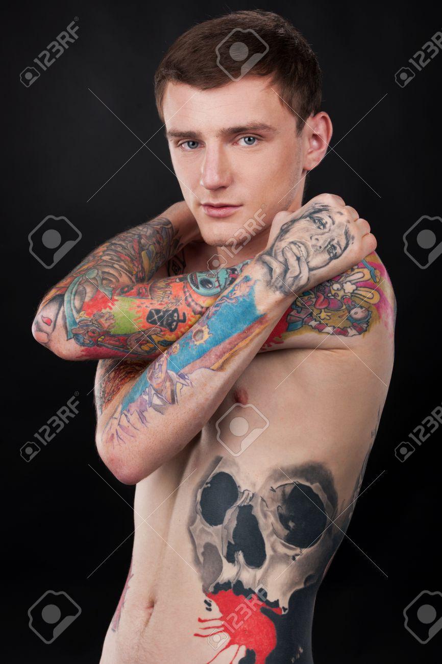 Beau Jeune Homme Avec Un Tatouage Colore Tatouage Gars Couverte Debout Nu Banque D Images Et Photos Libres De Droits Image 27044318