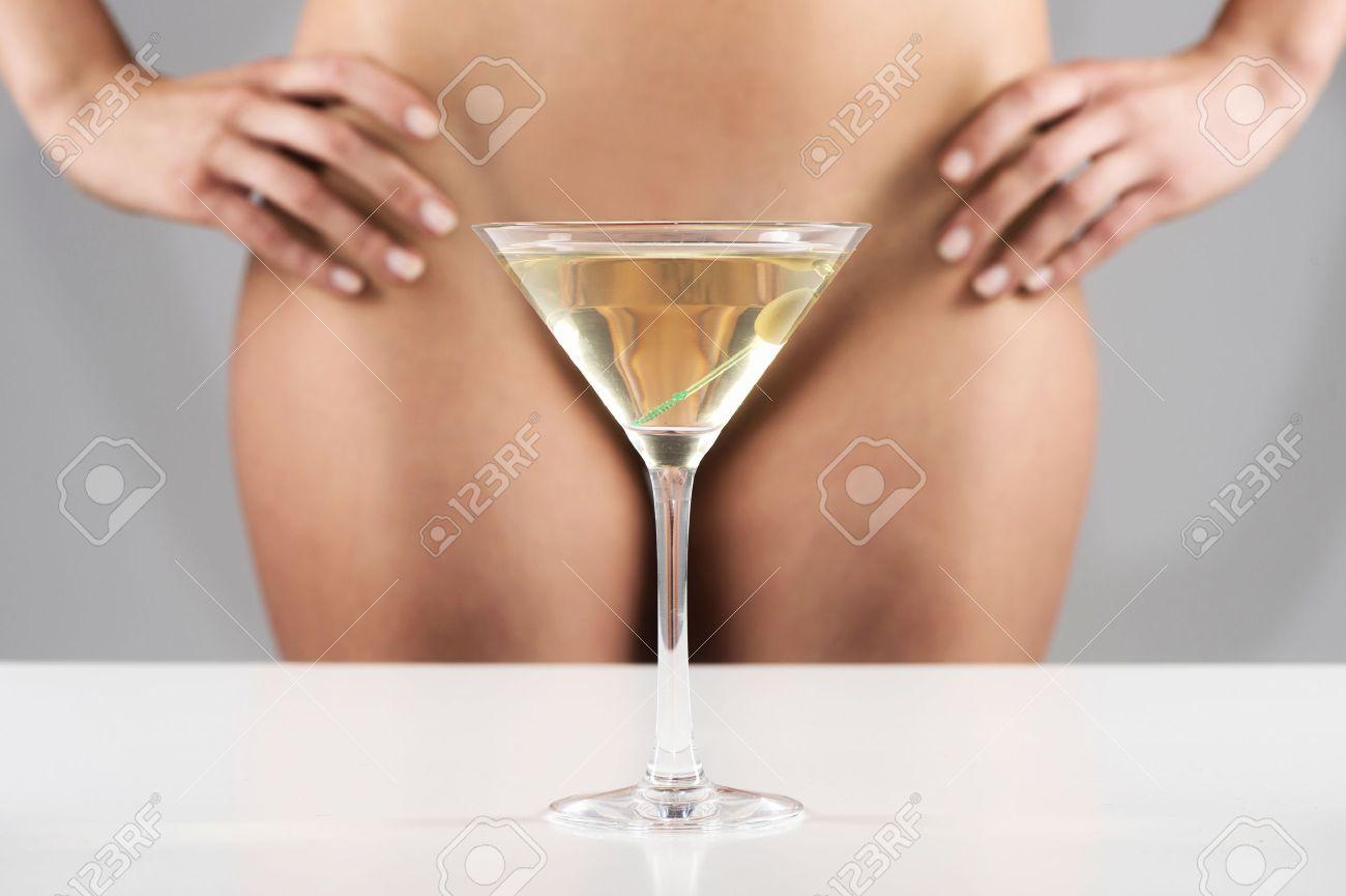 Challenge de Juin 2016 : Triangle - fin le 28 juin 32110268-martini-femme-cache-en-verre-debout-nu-gros-plan-d-une-jeune-fille-sexy-avec-les-mains-sur-les-cuiss-Banque-d'images