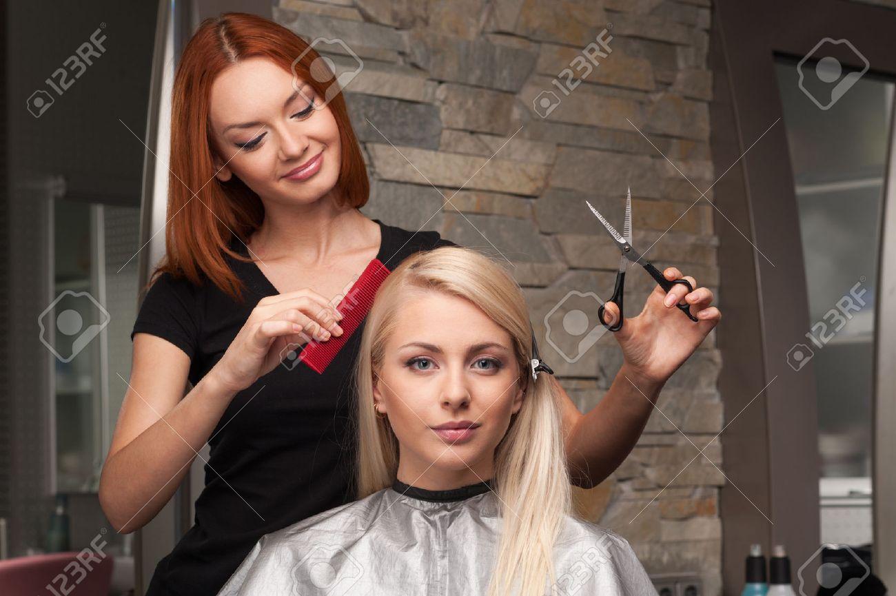 Bonne Jeune Femme Obtenant Nouvelle Coupe De Cheveux Par Le ...
