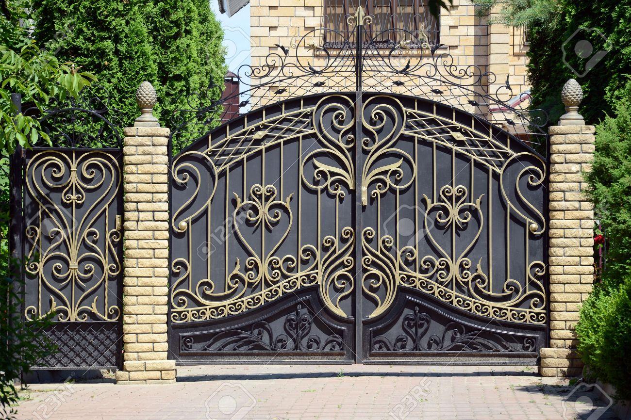 Smidda grindar och grind. framför huset. royalty fria stockfoton ...
