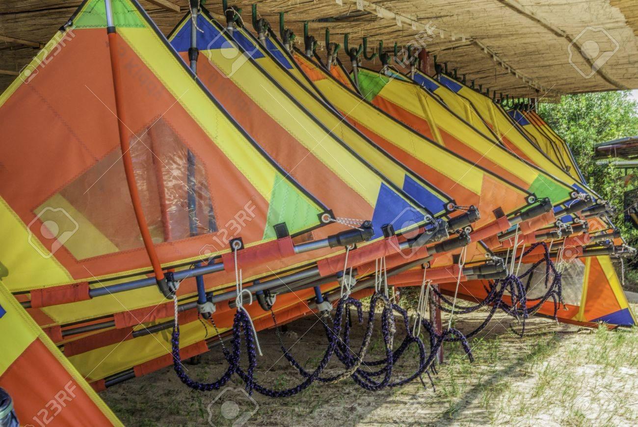 Reihe Der Bunten Surfsegel Aufhängen Im Freien Unter Dach