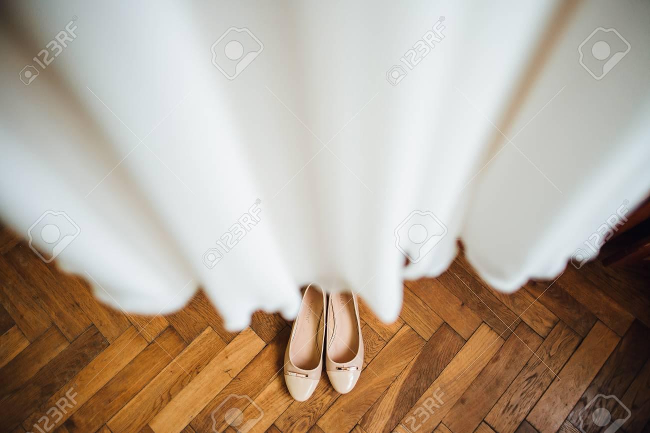 Schöne Hochzeit Schuhe Und Kleidung Auf Einem Hölzernen Braunen ...