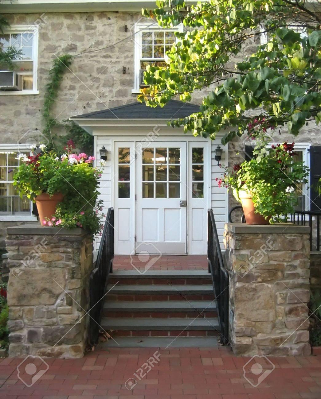 Steinhaus mit veranda  Front-Eingang Mit Treppe Und Veranda Auf Alten Steinhaus ...