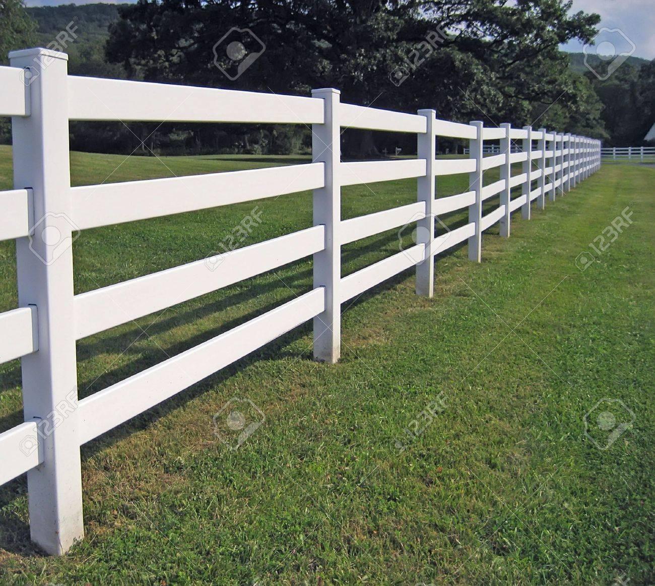 ein langer weißer zaun auf einem berg ranch. lizenzfreie fotos