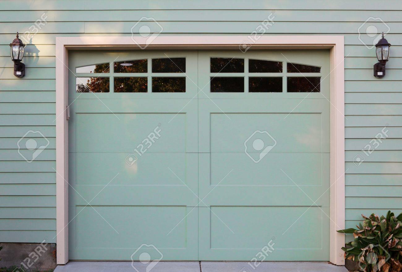 Porte De Garage Vert Clair Avec Fenêtres Et Deux Lanternes Banque D
