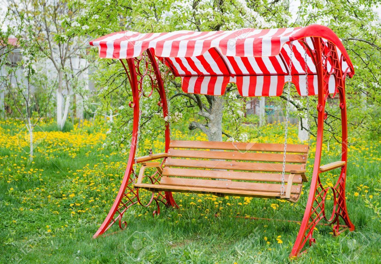 Swing Bank In Der Nähe Von Kinderhaus Im Garten Mit Bäumen Und Gras