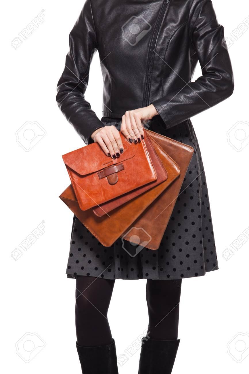 Joven Bolso Chaqueta Cuero De Sostiene El Que Chica Vestida En yYgf7b6