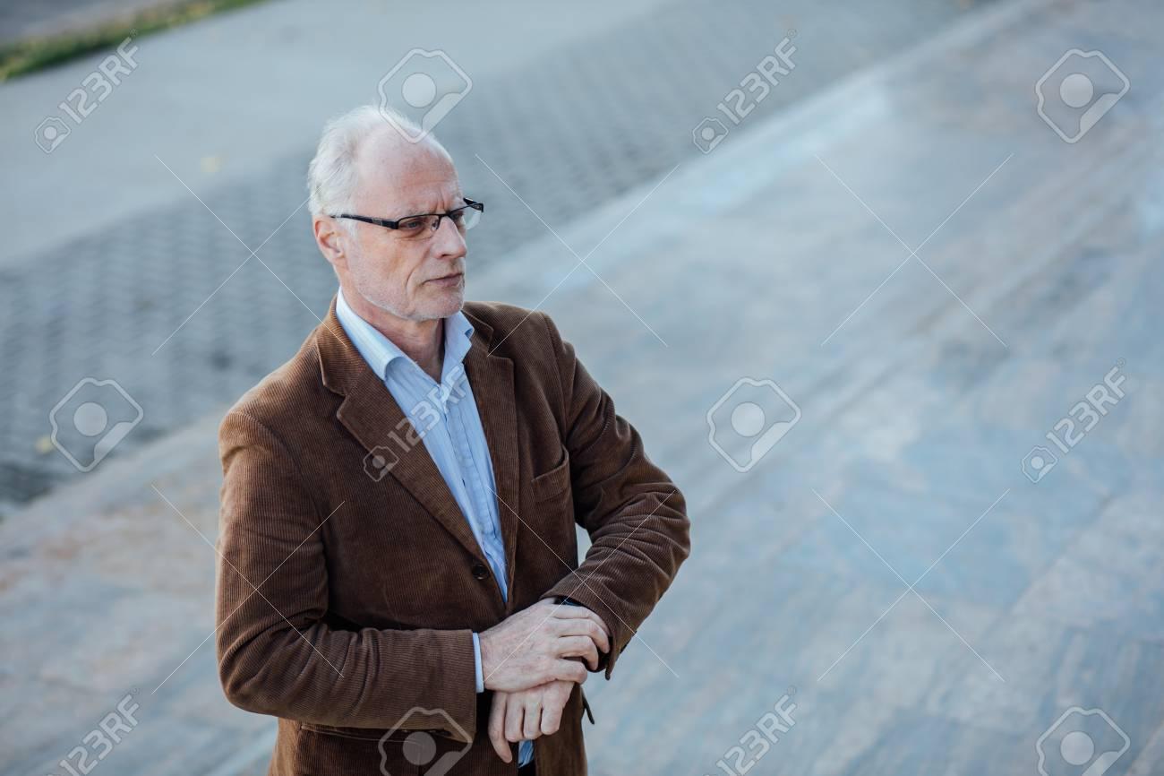Erwachsene Person Mit Grauen Haaren Und Brille Elegant Gekleidet