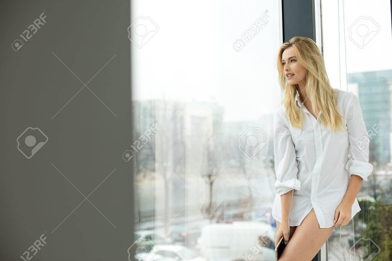 Hermosa Rubia Mujer De Pie Junto A Una Ventana, Vestido Con