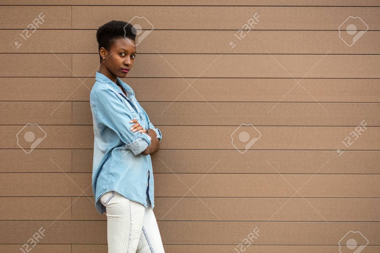 Noire Profil Jeune Backgound Un Fraîche Debout Et Femme Sur D'une wXrSw