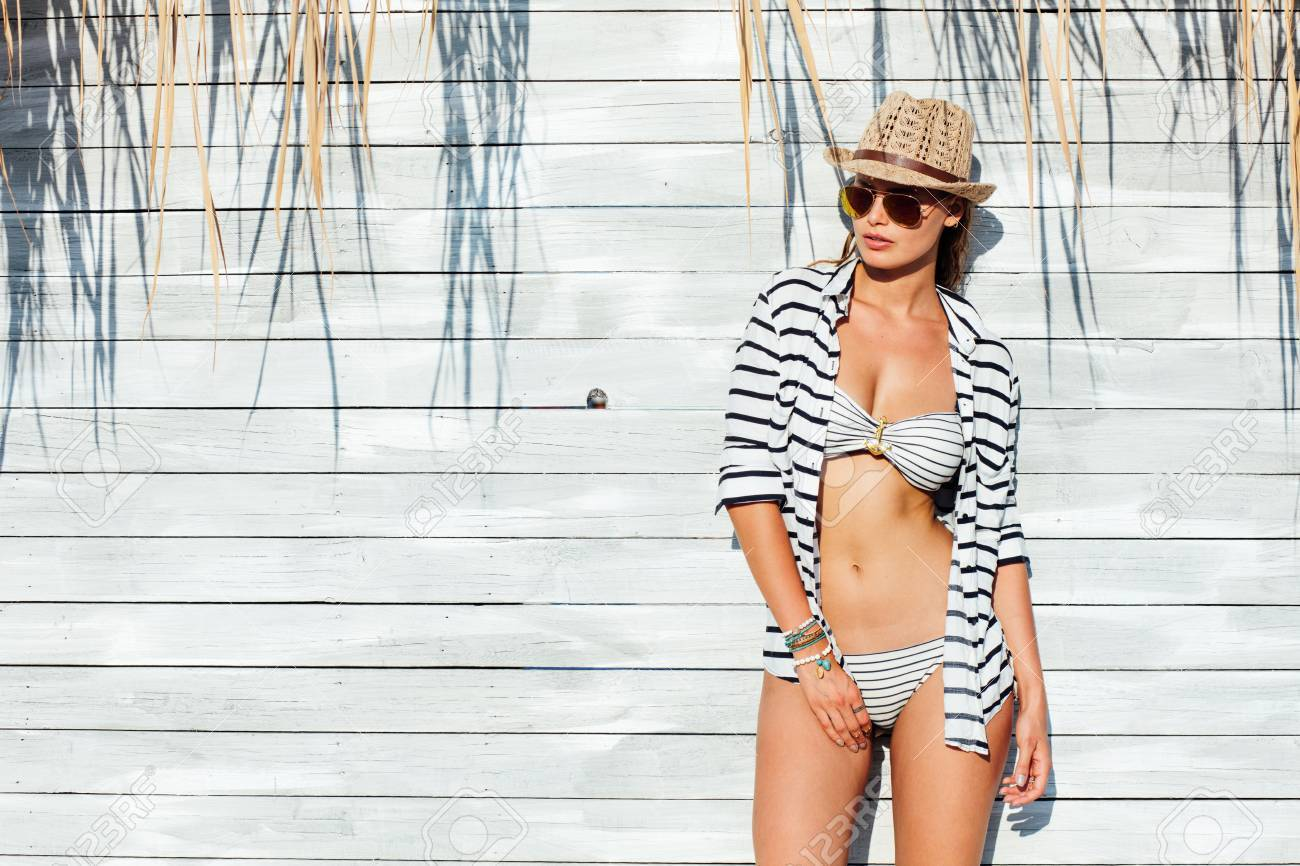 Young Sexy HatSunglasses Bathing Marine Woman Suit And Wearing Yfy7bg6