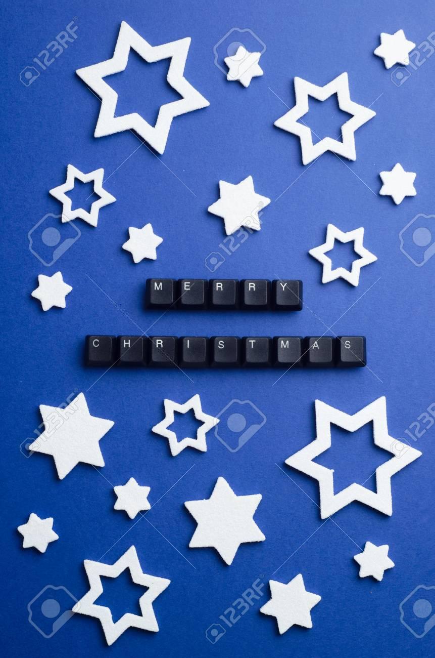 Joyeux Noël Texte Fait Des Touches Du Clavier Et Autres Décoration Détoiles Blanches De Noël Sur Fond Bleu Foncé Vue Au Dessus