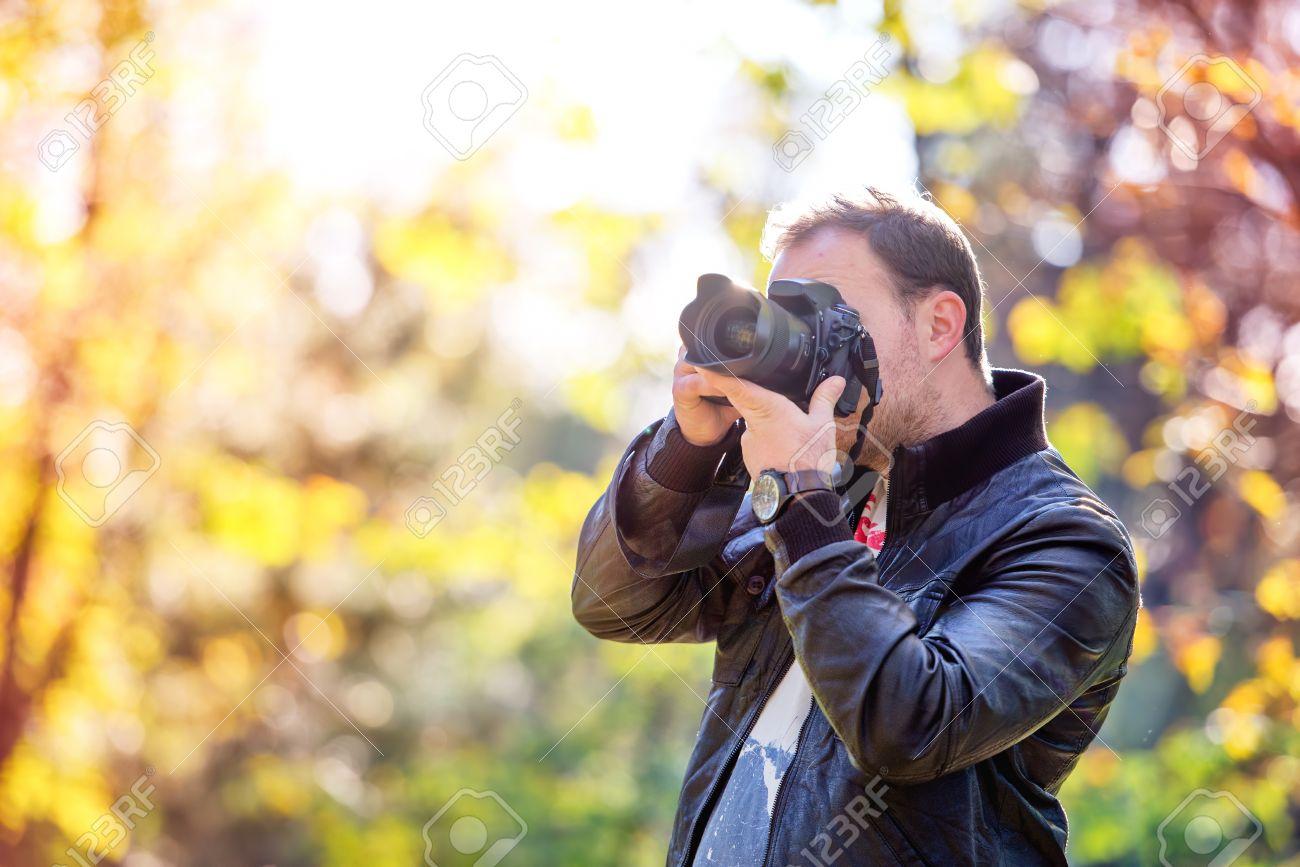 fotgrafo con cmara toma imgenes digitales en la naturaleza foto de archivo