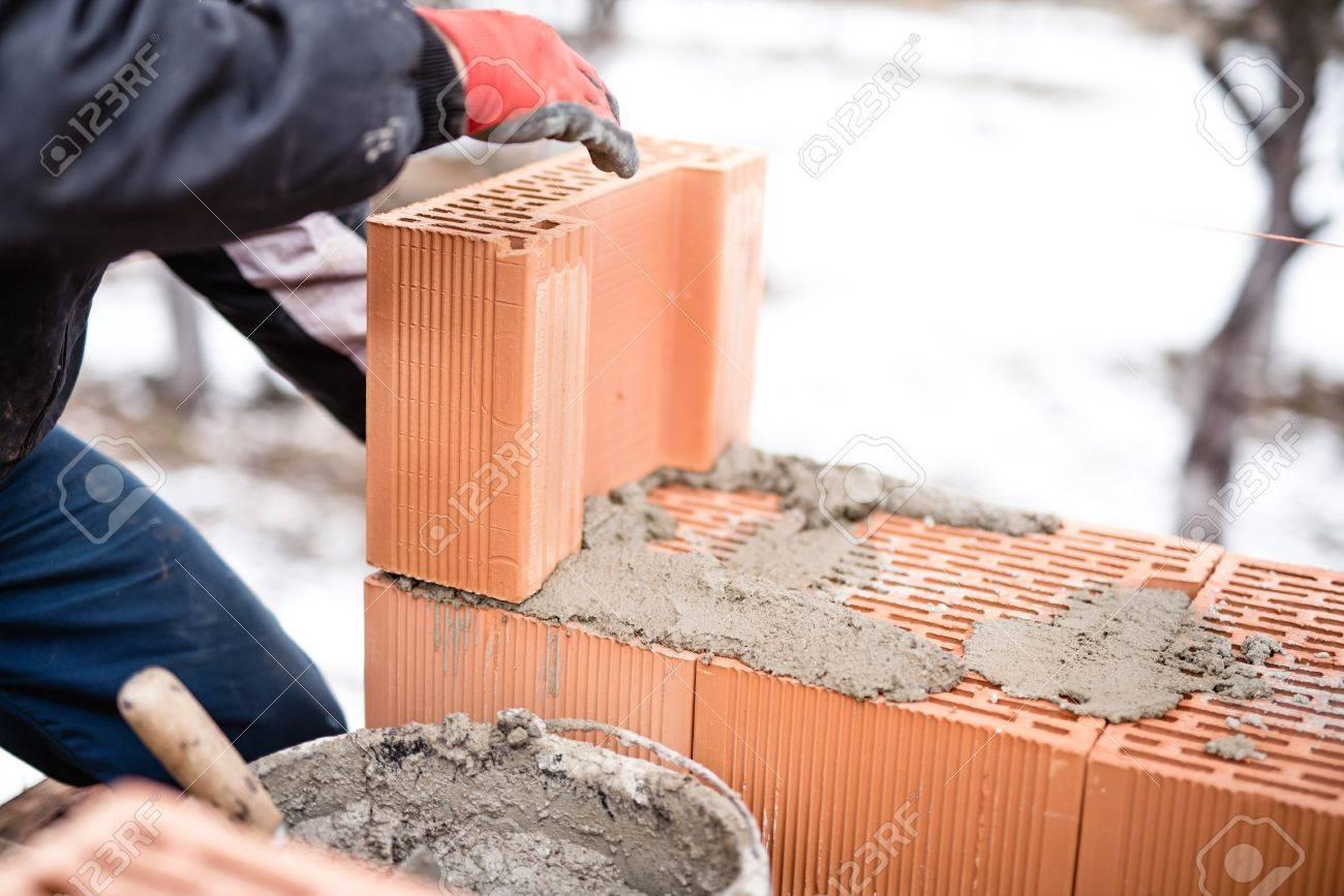 Pour en rire aussi !  - Page 4 36488139-travailleurs-buliding-murs-de-briques-au-niveau-du-site-de-construction-de-maison-maçon-et-de-ciment