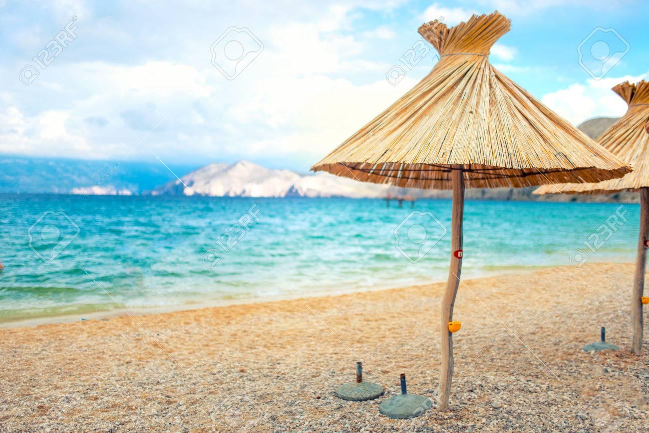 Liegestuhl mit sonnenschirm strand  Strand Stroh Sonnenschirm Liegestuhl Mit Sand Und Klarem Wasser ...