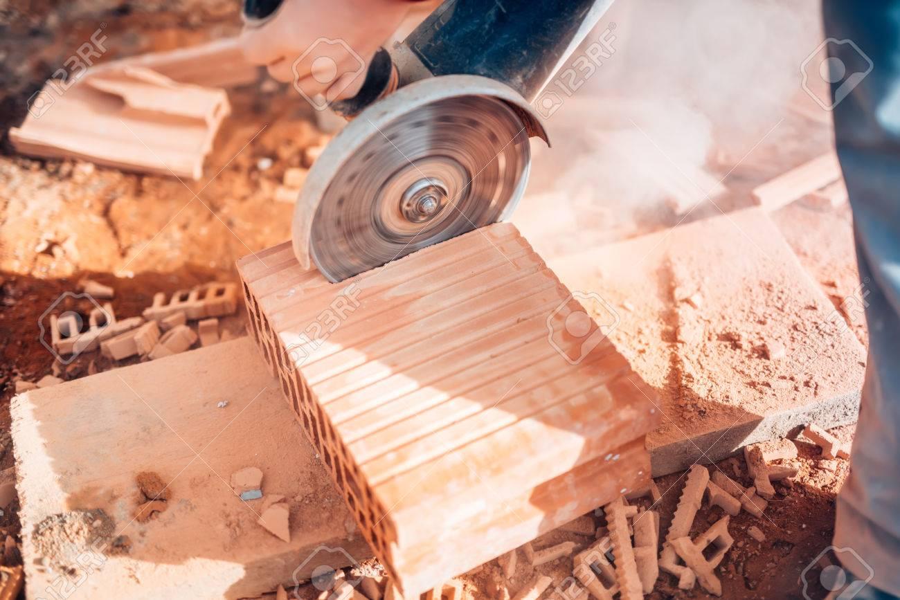 Close Up Details Der Arbeiter Fur Winkelschleifer Mit Ziegel Auf Der