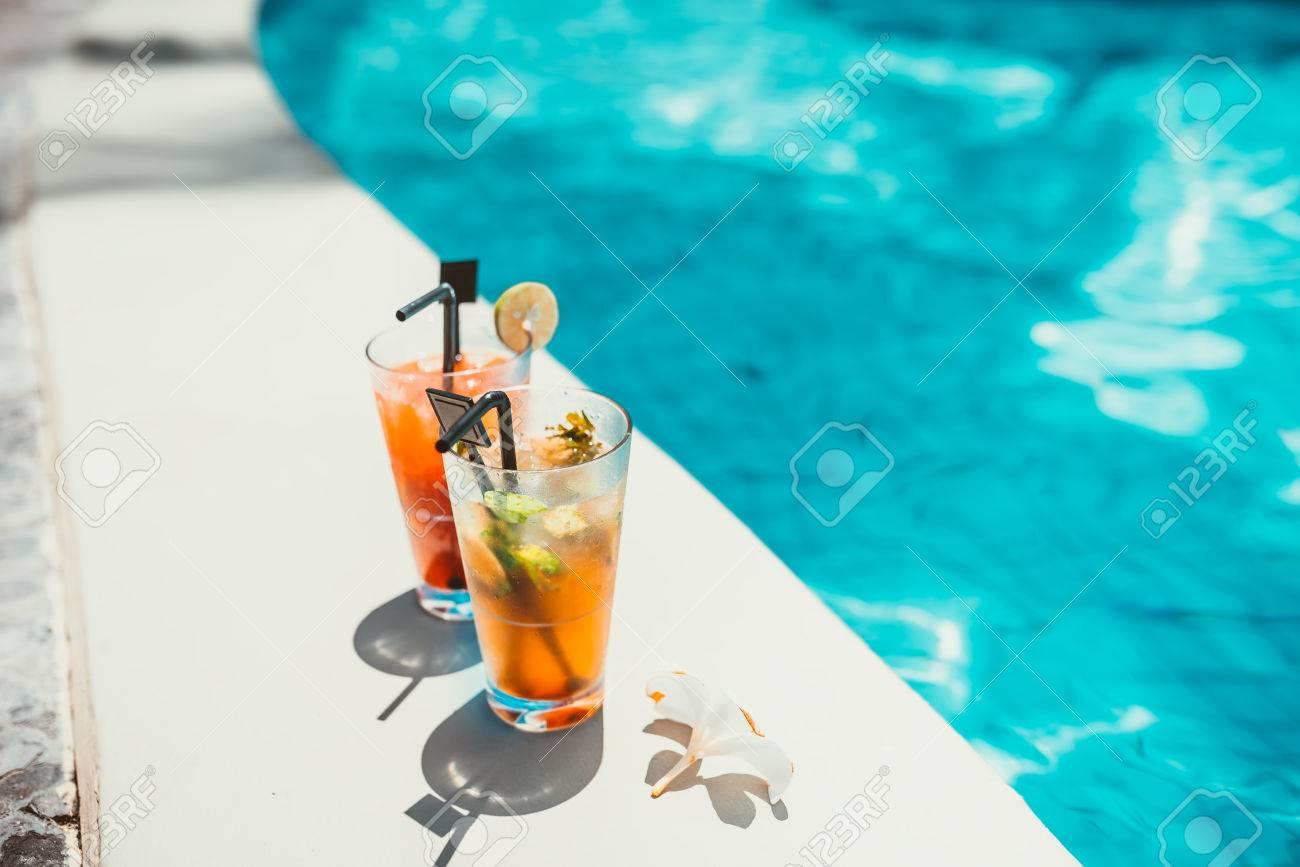 Nahaufnahme Von Zwei Alkoholischen Getränken, Eis Und Gin Und Tonic ...