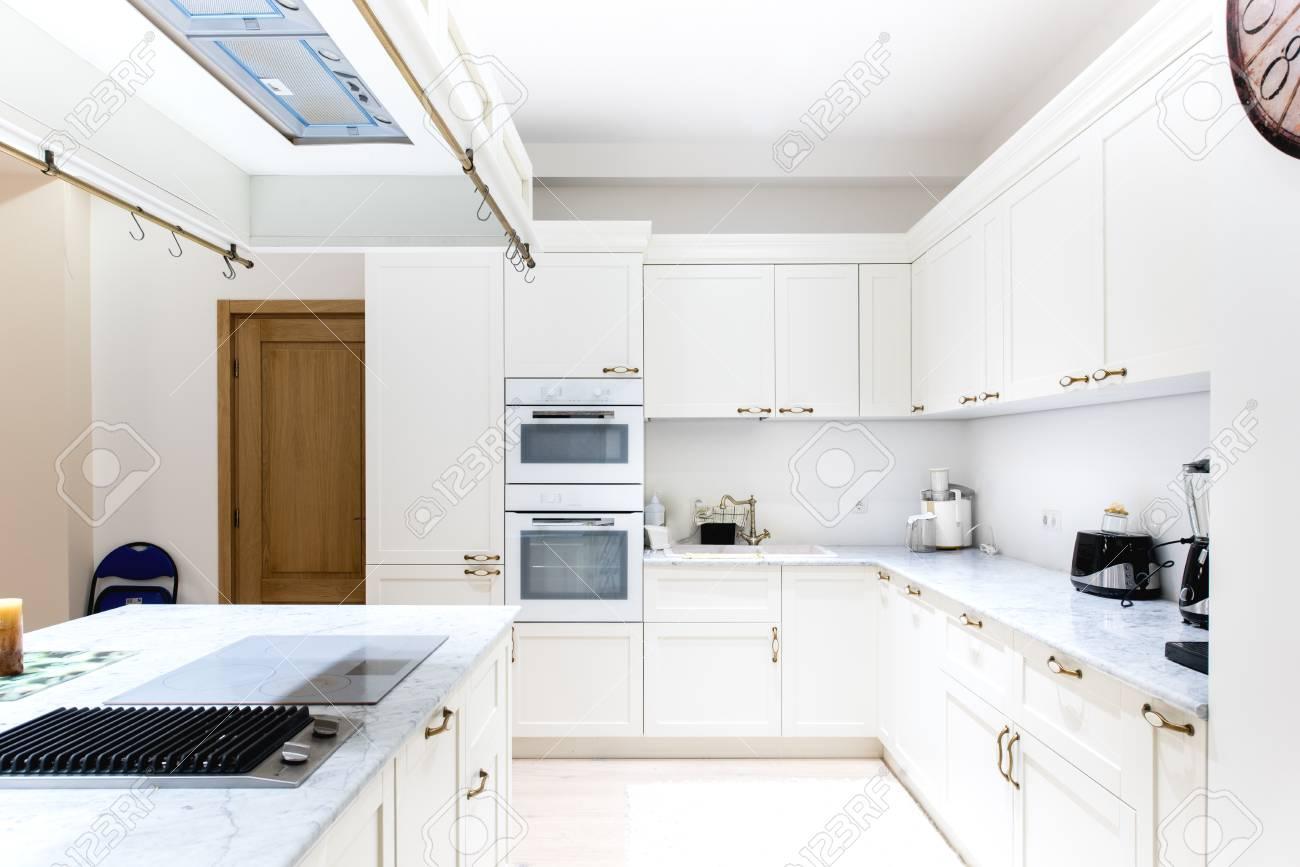 Deco Cuisine Contemporaine Blanche luxueux intérieur de cuisine moderne. armoires blanches de meubles en bois  dans la décoration de la maison. appareil, évier et cuisine