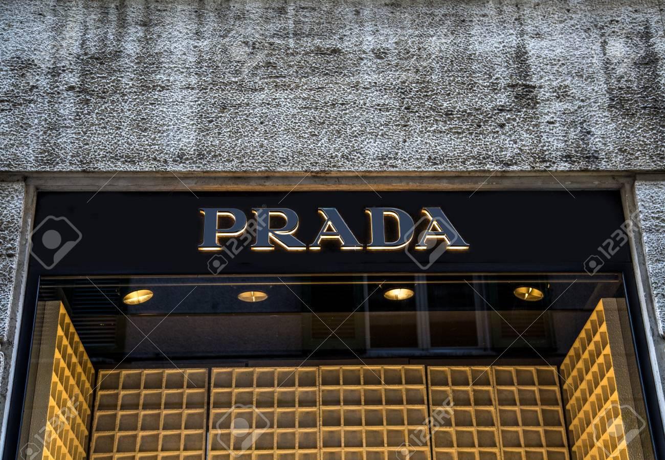 huge selection of 337a6 1ef6c MILANO, ITALIA - 9 marzo 2014: negozio Prada a Milano, Italia. è una casa  di moda italiana di lusso fondata a Milano da Mario Prada a 1913